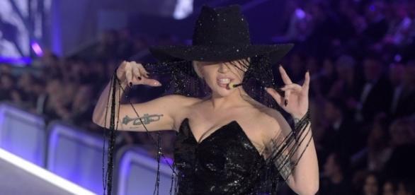 Lady Gaga apresentando John Wayne em Paris