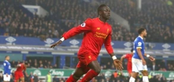 Mané aproveita vacilo da zaga e deixa Liverpool isolado na vice-liderança da Premier League (Foto: Divulgação/Rex)