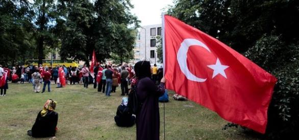 Skrajnie ortodoksyjna muzułmanka sunnicka z flagą turecką w ręku. Fot.: wyborcza.pl