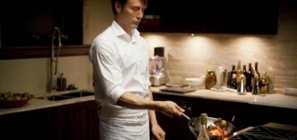 Contrairement à ce que suggère la mise en scène, les plats préparés pour les besoins de la série sont d'une nature gastronomique et non anthropophage.