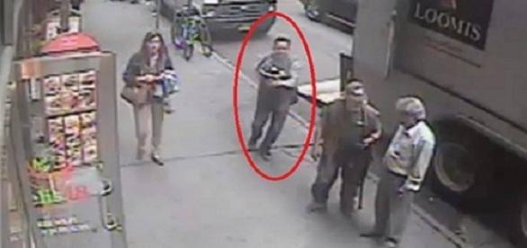 Imagens homem roubando um balde cheio de ouro a luz do dia, em Nova York.