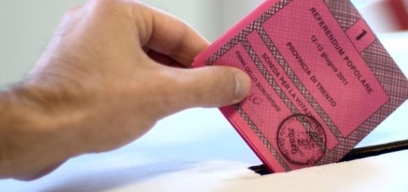 Italiano che inserisce la scheda per la votazione nel 2011