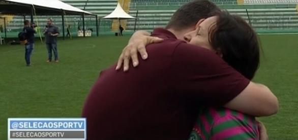 Mãe de goleiro Danilo consola repórter do SportTV, que foi às lágrimas durante entrevista