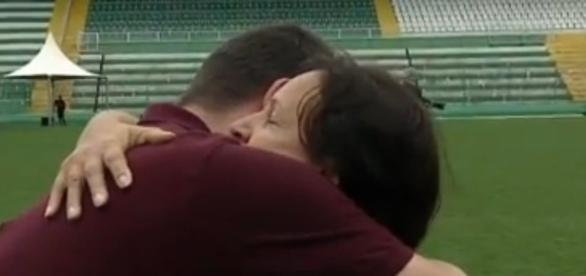 Mãe do goleiro Danilo, da Chapecoense, abraça repórter que chora copiosamente