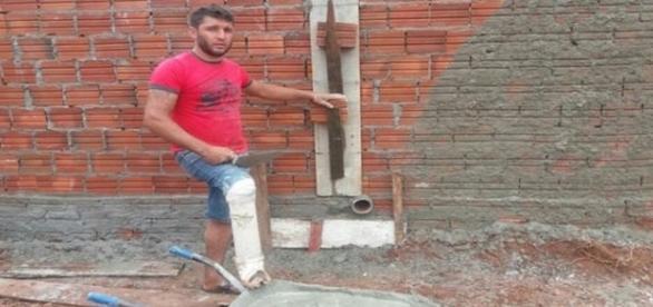 """Pedreiro trabalha com uma """"prótese"""" de cano e cotovelo de PVC (Foto: Pedro Machado)"""