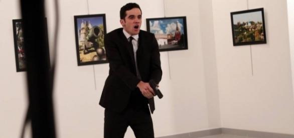 Atirador alvejou o embaixador russo pelas costas em Ancara, capital da Turquia.