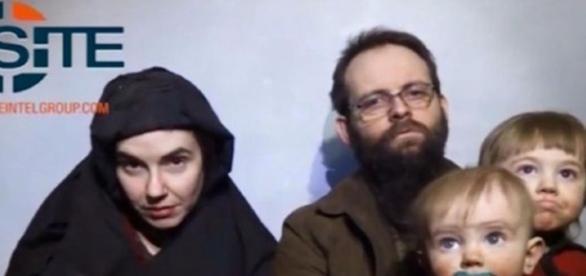 Casal de americanos capturado pelo Taliban implorar pela liberdade com seus dois filhos, ambos nascidos como reféns