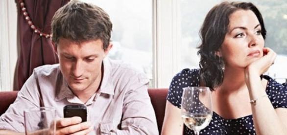 El 'romántico' de hoy en día tiene a su nuevo amor: la pantalla del móvil