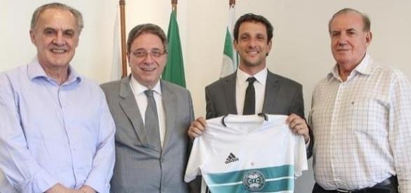 Ex-jogador Belletti (com a camisa na mão) representará o Coritiba no exterior