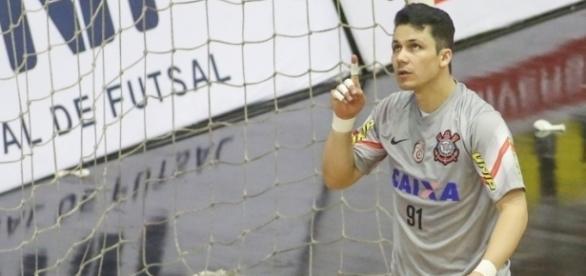 Guitta seguirá mais uma temporada defendendo a meta alvinegra