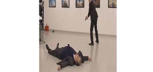 Imagem do embaixador da Rússia após ser baleado