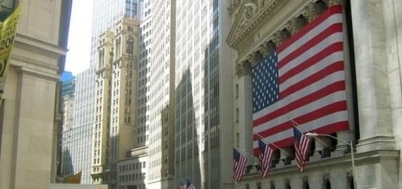 The NYSE draped with the star-spangled banner / Urban, Wikimedia Commons CC BY-SA 3.0