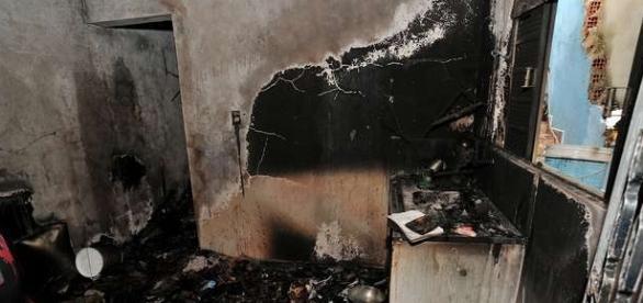 Fogo destruiu quarto, cozinha e banheiro. Não havia ninguém no local na hora do incêndio