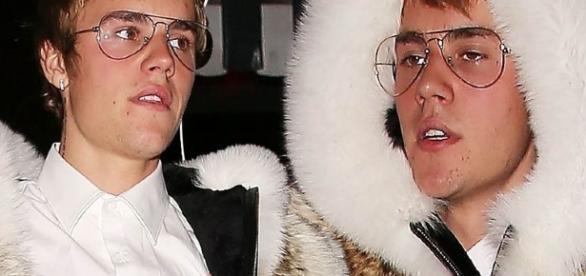 Justin Bieber vestido com o polêmico casaco de pele.
