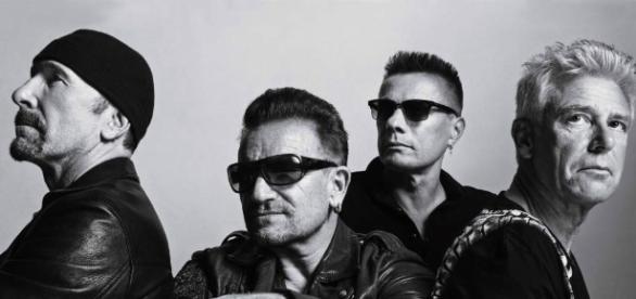 Foto da banda de rock irlandesa U2 em preto e branco (o contraste com o passado).
