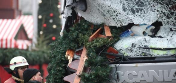 Un'immagine di ciò che rimane del tir usato per l'attentato - Fonte: laregione.ch