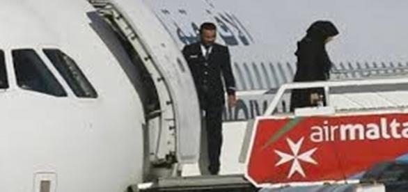 A aeronave foi cercada por militares da ilha para tentar controlar a situação dramática.