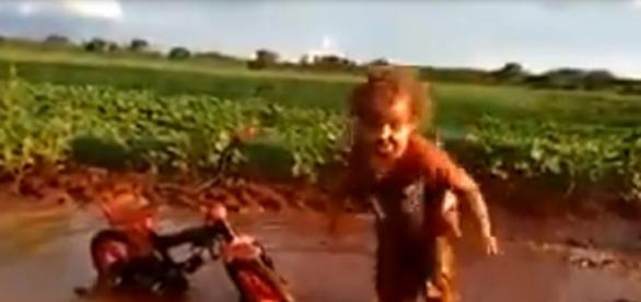 A felicidade em sua forma mais pura, a alegria de uma criança brincando na lama contagiou os internautas.