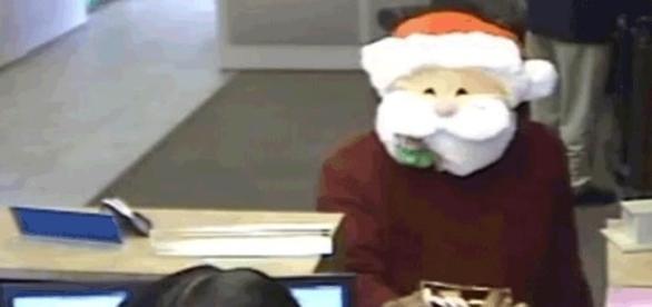 Criminoso utiliza máscara de papai noel para assaltar