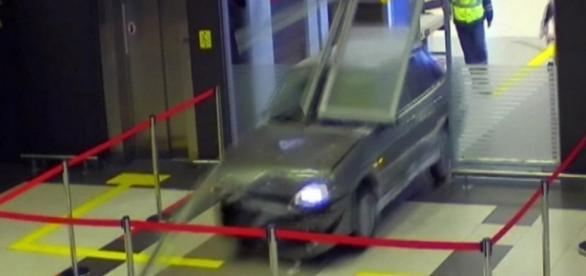 Homem invade aeroporto com carro - Imagem/G1