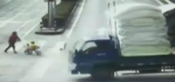 Caminhão atropela criança que passeava em seu triciclo