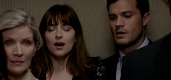 """Dakota Johnson e Jamie Dornan em cena de """"Cinquenta Tons Mais Escuros"""""""