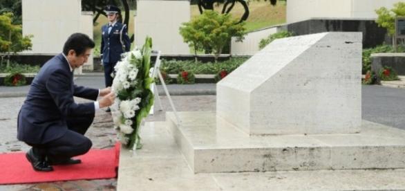 Japon: Shinzo Abe et Barack Obama au mémorial de Pearl Harbor ... - liberation.fr