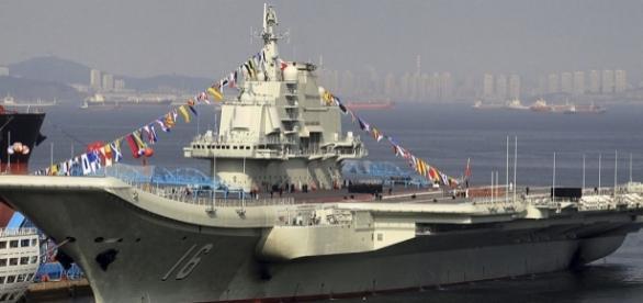 Liaoning, singurul portavion al Armatei Chineze ancorat la chei în anul 2012 - Foto: Wikipedia