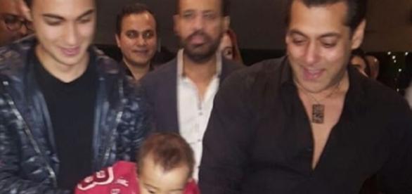 Salman Khan cake cutting at Panvel Farmhouse (Youtube screen grab)