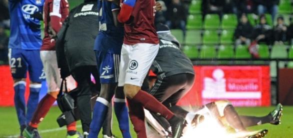 Anthony Lopes (OL) blessé au sol lors de Metz - Lyon le 3 décembre - republicain-lorrain.fr