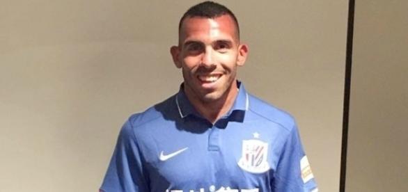 Carlos Tévez com a camiseta do Shanghai Shenhua, seu novo clube