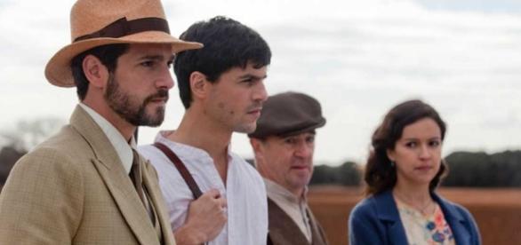 Escena de la segunda temporada todavía inédita de '14 de abril, la República', con el fallecido Alex Angulo entre los protas.