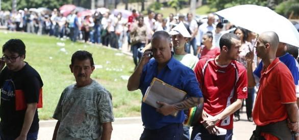 Dezenas de pessoas enfrentam filas de emprego diariamente