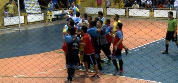 Jogadores das duas equipes tiveram que intervir para evitar maiores problemas