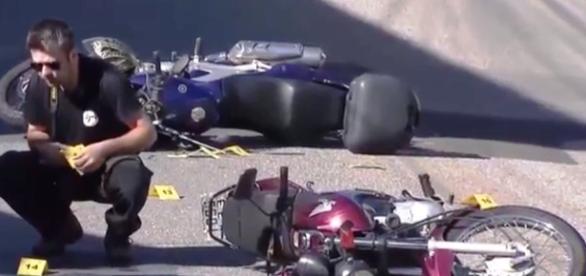 Na imagem, a foto das motos do policial militar e a dos bandidos