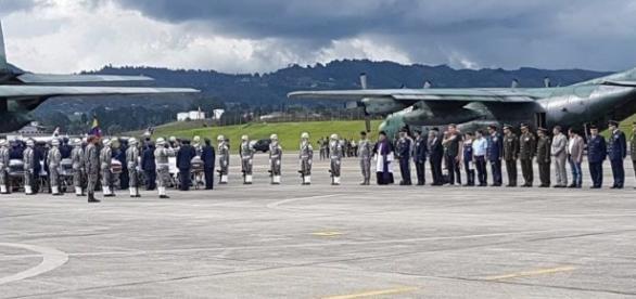 Aviões chegam ao aeroporto trazendo os corpos das vítimas no acidente aéreo