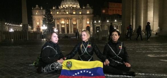 Esposas de presos políticos se encadenan en el Vaticano
