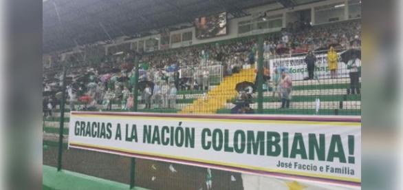 Faixas no Arena Condá agradeciam ao povo colombiano por tudo que fizeram