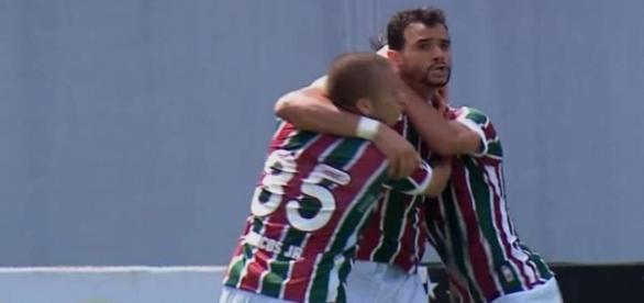 Henrique Dourado é abraçado por Marcos Júnior em um de seus dois gols marcados com a camisa do Fluminense (Foto: Arquivo)