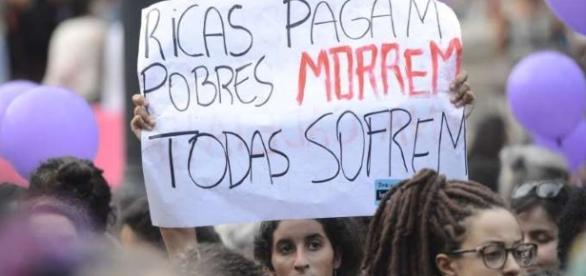 Mulheres em manifestação a favor da descriminação do aborto. (foto: Fernando Frazão)