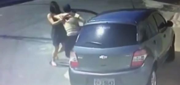 Imagem da câmera de segurança mostra o momento do roubo.
