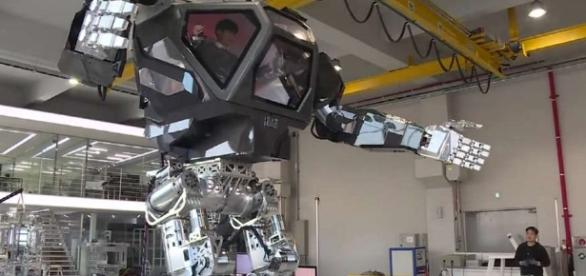Robô gigante estilo 'Avatar' dá primeiros passos
