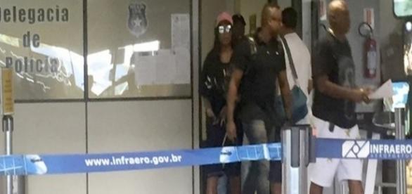 Ludmilla saindo da delegacia, no aeroporto de Florianópolis - Reprodução/ site Ego