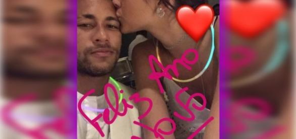 Neymar divulga foto do momento em que ganha beijo de Bruna Marquezine