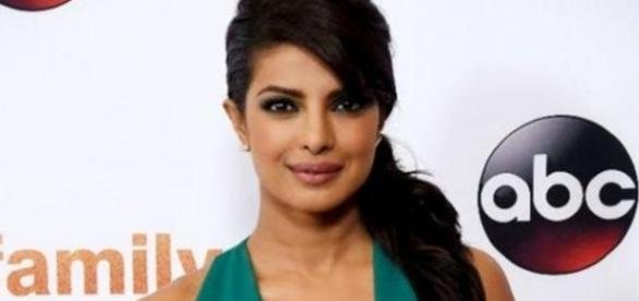 Priyanka Chopra to present Golden Globe Awards January 2017 / Photo screencap from Littleboots via twitter