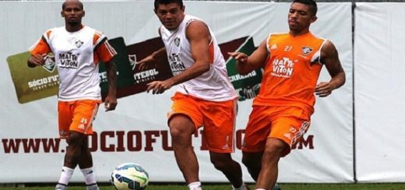 Wellington Silva e Édson (ambos de colete branco) podem ser os próximos a deixar o Fluminense em 2017 (Foto: Observatório do Fluminense)