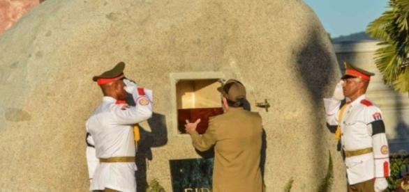 La urna con las cenizas de Fidel Castro es depositada en un montículo, en Santiago de Cuba.