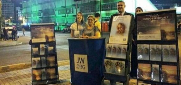 Testemunhas de Jeová oferecem gratuitamente publicações bíblicas em Chapecó