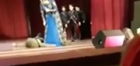 Bailarino ficou caído no chão do palco