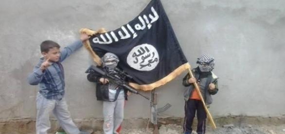 Crianças empunham armas e bandeira do Estado Islâmico